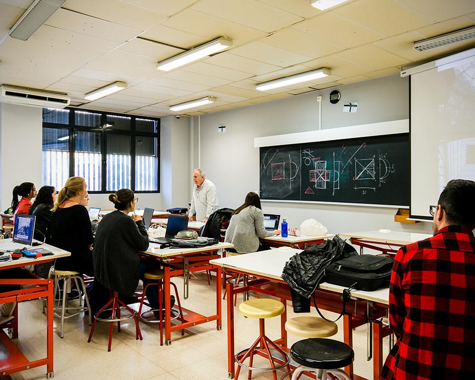 Profesor impartiendo clase en un aula de prácticas en la Escuela Superior de Ingeniería de la Edificación